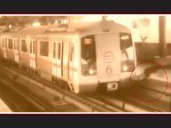 मेट्रो ट्रैक क्रॉस कर रहा था युवक और फिर हुआ ये , देखे वीडियो
