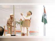 प्रधानमंत्री नरेंद्र मोदी ने दिल्ली के लालकिले पर तिरंगा फहरा दिया है
