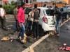 PHOTOS: अल्कोहल बैन गुजरात में अवैध रूप से बियर लेकर जा रही कार का ऐक्सिडेंट, लोगो की हुई मौज और लूट ली बियर