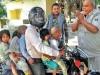 जब बाइक पर पति-पत्नी और 5 बच्चों को देख दरोगा ने जोड़ लिए हाथ, वायरल