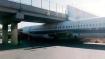 चीन: पुल के नीचे फंसे विमान को ड्राइवर ने अनोखे तरीके से बाहर निकाला, इंटरनेट पर वीडियो वायरल