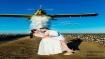 वेडिंग के लिए दूल्हे-दुल्हन ने कराया अनोखा फोटोशूट, प्लेन से 900 लीटर की बारिश कर बनाया इंद्रधनुष