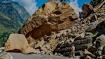 चंडीगढ़-मनाली नेशनल हाईवे पर पहाड़ से गिरी विशाल चट्टान, दोनों ओर बीच रास्ते अटके वाहन