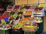 बाजार में बिक रही रंगी हुई सब्जियां व फल