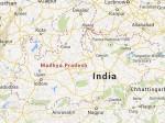 एमपी गजब है: गड्ढे में गिरे जिंदा आदमी पर गिट्टी डाला, रोलर चलाकर बना दी सड़क