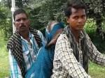 कई बार कॉल के बावजूद नहीं मिली एंबुलेंस तो बेटों ने 12 किमी तक मोटरसाइकिल पर ढोई मां की लाश