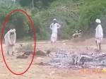 शहादत का अपमान: अंतिम संस्कार में कम पड़ी लकड़ियां तो शहीद के अधजले शरीर को काटा