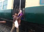 रेलवे ने की चक्रवात में फंसे लोगों की मदद, सभी ने की तारीफ