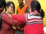 झांसी: सड़क पर दो महिलाओं के बीच दंगल देखकर लोग हुए हैरान