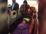 उड़ते प्लेन में भारतीय डॉक्टर ने बचाई विदेशी की जान, दुनिया कर रही सलाम