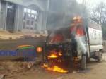 गड्ढे में फंसी गाड़ी, मदद के लिए पहुंचे लोगों ने जब देखा 'मीट' तो लगा दी आग