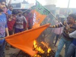 बहराइच: जीत का अनोखा जश्न, सपा की साइकिल को जला कर मनाया जश्न