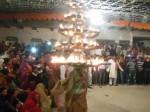 108 दीपकों को सर पर रखकर महिला करती है डांस, देखिए वीडियो