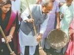 स्वास्थ्य मंत्री का एक्शन शुरू, सफाई के लिए झाडू लेकर उतरे सड़क पर