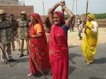 VIDEO: मकान तोड़ने पर मथुरा के गोवर्धन में कैसे फूटा पुलिस पर महिलाओं का गुस्सा