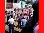 पुलिस की मौजूदगी में दो पक्षों में जमकर मारपीट, कई घायल, वीडियो