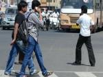 अगर सड़क पर चलते हुए करते हैं मोबाइल फोन का इस्तेमाल तो जरूर देखें ये VIDEO