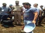 लातूर में पानी के लिए आमिर खान ने उठाया फावड़ा, घंटों बहाया पसीना