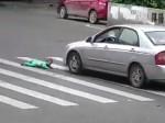 वीडियो: बच्चे पर चढ़ी तेजी से आती कार, फिर क्या हुआ?