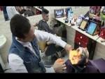 Video: कैंची नहीं आग से बाल काटता है ये नाई, देखकर दंग रह जाएंगे आप