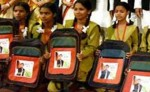 गुजरात: बीजेपी सरकार ने बंटवाए अखिलेश की फोटो वाले स्कूल बैग