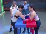 VIDEO:पंजा लड़ाने का लाइव शो, महिला प्रतियोगी की कोहनी टूटी