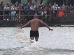 VIDEO: पानी पर सरपट दौड़ता है यह भिक्षुक, देखने वाले रह जाते हैं हैरान