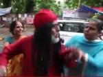 VIDEO: फिर पिटे स्वामी ओम, महिलाओं ने घेरकर बरसाईं कुर्सियां