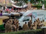 गोरखपुर: शिक्षामित्रों का भारी बवाल, उग्र भीड़ पर पुलिस का लाठी चार्ज