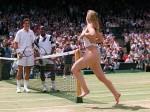 जब हजारों प्रशंसकों के सामने खेल के मैदान में नग्न होकर दौड़ी एक FAN