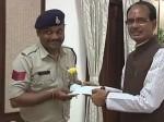 मासूमों की जान बचाने जिंदा बम लेकर दौड़े कांस्टेबल को CM शिवराज सिंह ने किया सम्मानित