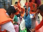 भयानक बाढ़ की चपेट में फंसी महिला ने नाव में दिया बच्चे को जन्म