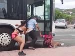 VIDEO: सड़क पर रोड रेज, गुत्थमगुत्था में लड़की ने उतार दी पैंट
