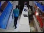VIDEO: दुकानदार से कहा- और दिखाओ...और लपक लिया मोबाइल