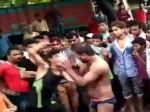 PICs: कोचिंग वाली लड़की से छेड़छाड़ पड़ी भारी, बीच बाजार कपड़े उतारकर की गई मनचले की पिटाई