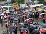 भारी बारिश ने लगाया मुंबई की रफ्तार पर ब्रेक, पढ़िए 10 लेटेस्ट अपडेट