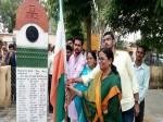 वंदे मातरम के बाद तिरंगे पर शर्मिंदगी, भाजपा की महिला सांसद ने पकड़ा उल्टा झंडा