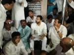 भागलपुर स्टेशन पर आधी रात को धरने पर बैठे तेजस्वी यादव