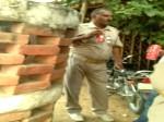 VIDEO: ऑन ड्यूटी बीयर पीती यूपी पुलिस, बीच-बीच में फांकती नमकीन