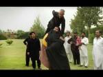 435 किलो का पाकिस्तानी हल्क, एक हाथ से खींच लेता है ट्रैक्टर