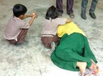 तीन तलाक पर बच्चों संग खुद को आग लगाने लगी महिला, दर्दनाक तस्वीरें