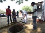 वाराणसी में पीएम मोदी ने उठाई कन्नी और बनाने लगे शौचालय की दीवार, तस्वीरें