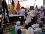 VIDEO: मौत पर 2 मिनट के मौन के बाद विरोध प्रदर्शन के दौरान बार बाला का स्टेजतोड़ू डांस