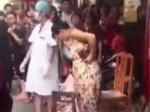 VIDEO: खरीदारी के लिए गई महिला की मॉल में हुई डिलीवरी, बड़े आराम से उठकर चली गई