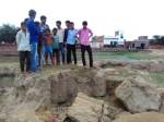 सूखे तालाब से मिट्टी खोदने गईं युवतियों पर गिरी ढांग, दो की मौत