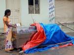 डेंगू से मर गया मासूम तो मकान मालिक ने मां को बॉडी के साथ घर में नहीं घुसने दिया