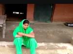 VIDEO: लड़के के घर धरने पर बैठी प्रेमिका, शादी के डर से भाग निकला प्रेमी