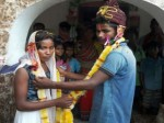 PICs: लड़की भगाकर लाए लड़के ने अपने घर के बाहर दिया धरना, तब हुई शादी