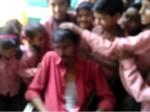 VIDEO: नशे में धुत हेडमास्टर के साथ मासूम छात्रों ने कराया फ़ोटो सेशन