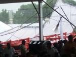 गोरखपुर: योगी आदित्यनाथ के भाषण से पहले बारिश के चलते उड़ा टेंट